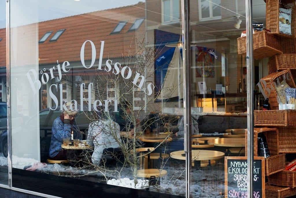 Vi kikar in i skyltfönstret hos delikatessbutiken Börje Olssons Skafferi i Simrishamn tipsar Österlen.se