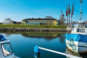 Hotel Svea i Simrishamn sett från småbåtshamnen.