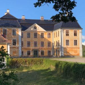 Kultur på Österlen - Upplev Christinehof och 1700-talet – berättarvandring med Christinas Wänner i och kring slottet som Christina Piper byggde. Christinehof slott - Österlen