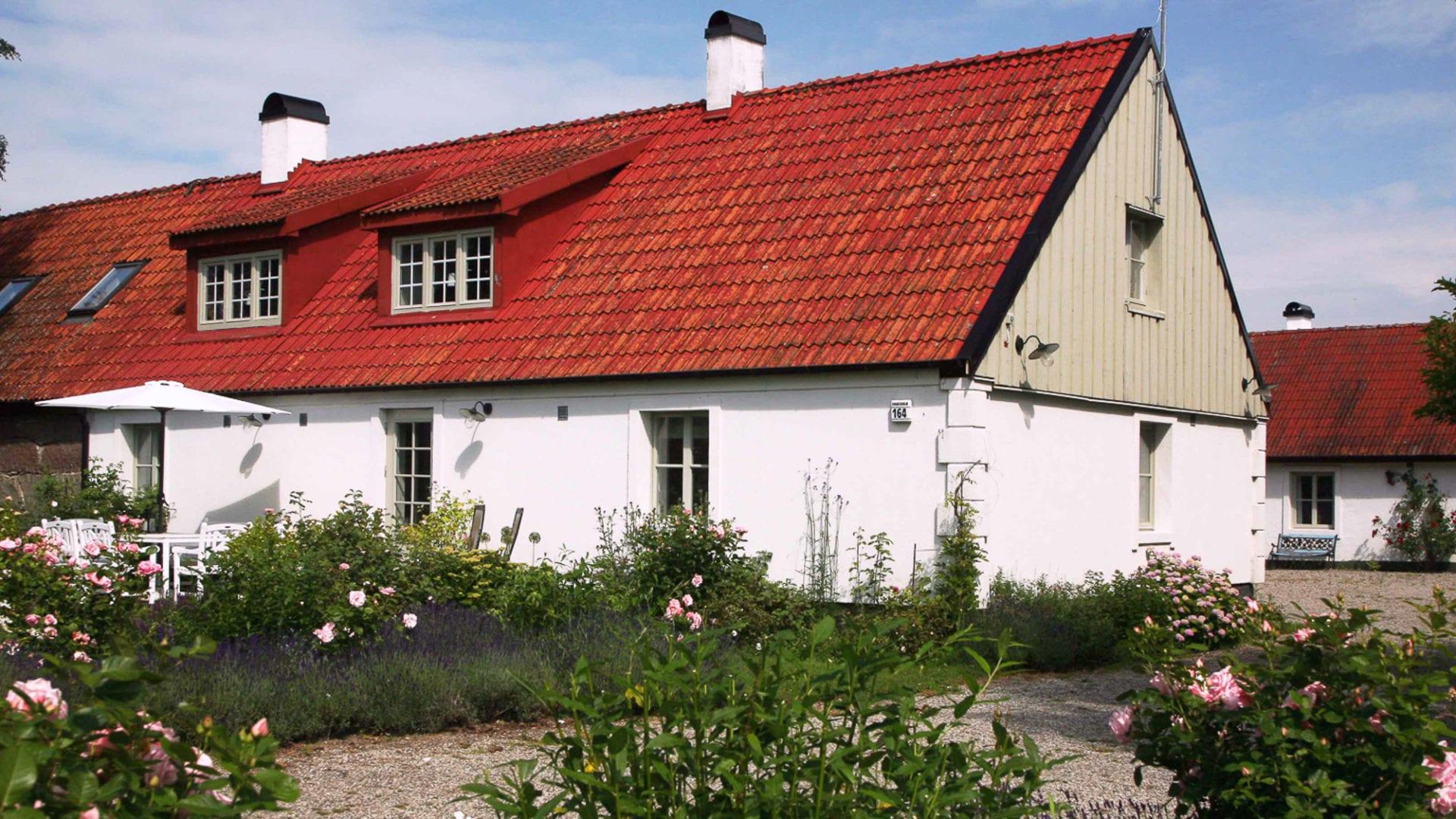 Upplev fantastiska Kivik på Österlen och låt Stenrosgården vara utgångspunkt för dina vistelse.
