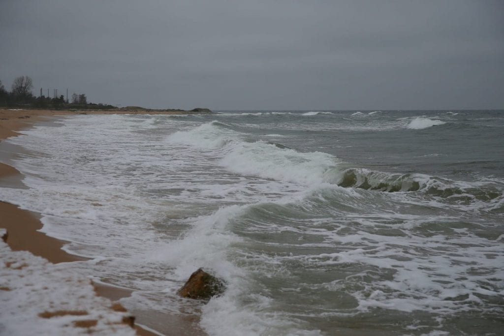 The mischievous sea at Vårhallarna.
