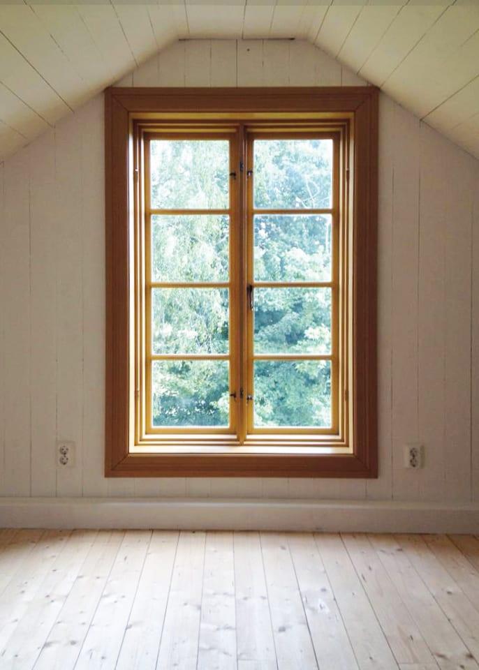 Dan Roos tillverkar spröjsat fönster i gammal stil