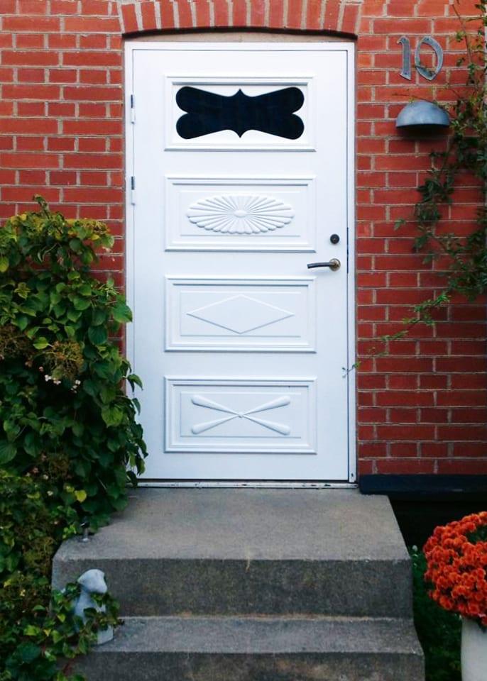 Dan Roos Bygg tillverkar vit dörr med ros