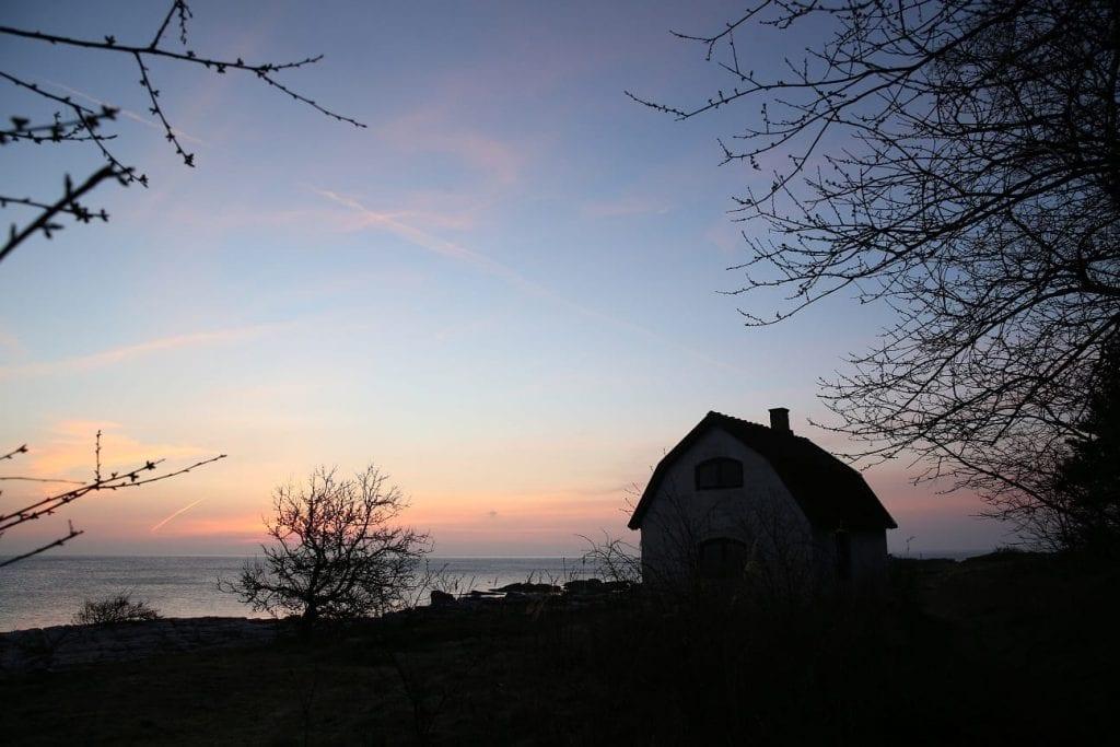 Solen går upp över pärlfiskarens hus.