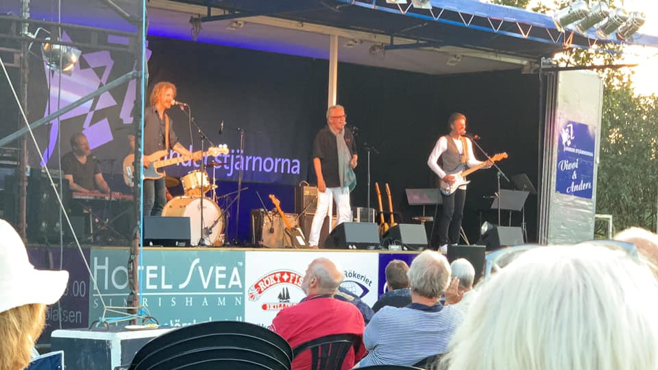 Mats Ronander with bands on the flak drew big crowd 24 July 2019 on Brantevik's IP. Before Mats played Ola Magnell, who stopped and listened to his friend Mats. The weather was lovely! Photo: BMNorelius 2019