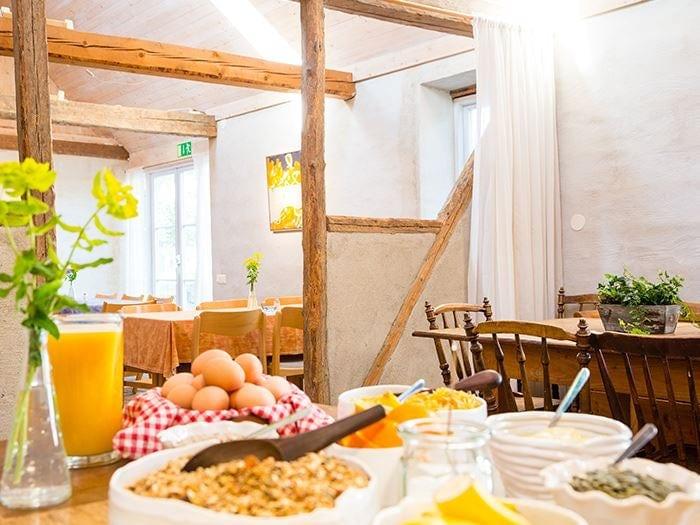 Ekologisk frukostbuffé på STF Brantevik Råkulle Vandrarhem