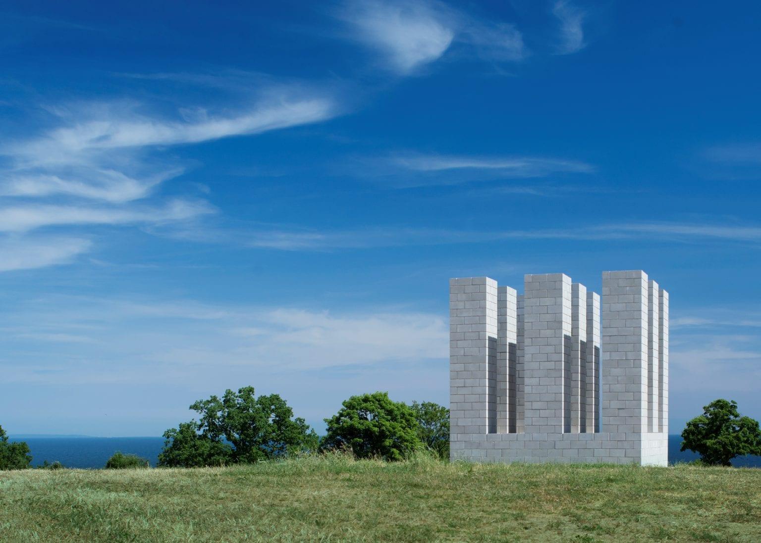 Kivik Art Centre verkar i gränssnittet mellan skulptur, arkitektur och natur, här upplever du de färdiga verken, tankar och idéer kring de övergripande frågorna
