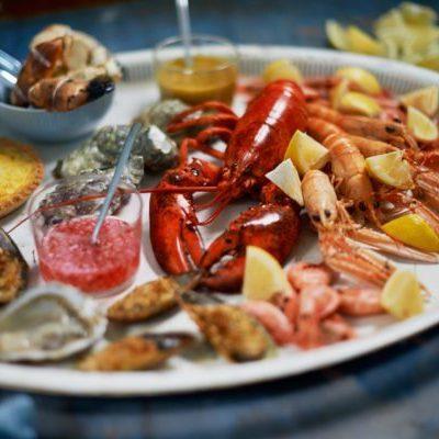 Färska skaldjursfat att beställa på Sjöfolkets fiskrestaurang i Simrishamn tipsar Österlen.se