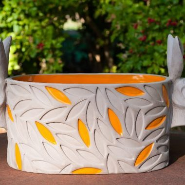 Balja med harhuvuden av Keramiker Elna-Karin Helgesson.