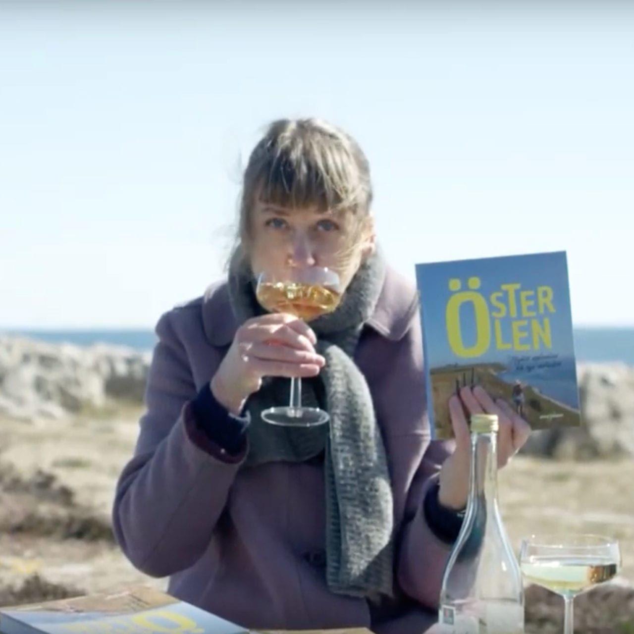 Caroline Alesmark skålar i ciderbubbel
